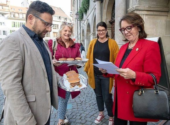 Le POP Lausanne remet sa pétition de 3200 signatures contre la malbouffe